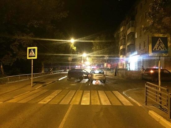 Вчера ночью, 9 августа, на Свободном переулке в Твери столкнулись 2 машины – «Форд Фокус» и «Лада Калина»