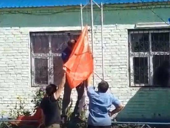 Жителей Астраханской области задержали за возведение флага СССР