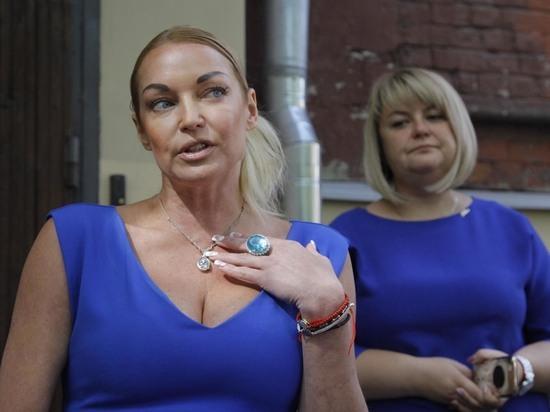Волочкова на оглашение приговора экс-водителю пришла в облегающем платье