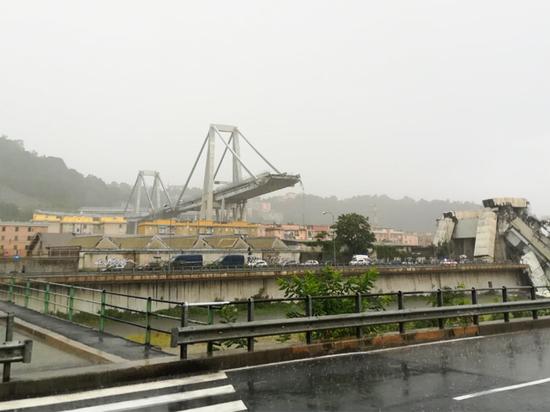 Более десяти человек погибли при обрушении моста в Генуе