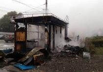 В Новокузнецке загорелся павильон возле торгового центра