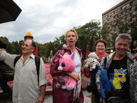 """Участники """"Марша матерей"""" скандируют """"Свободу!"""" у здания Верховного суда"""