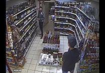 Любители алкоголя вынесли бутылку коньяка из магазина в штанах. Видео