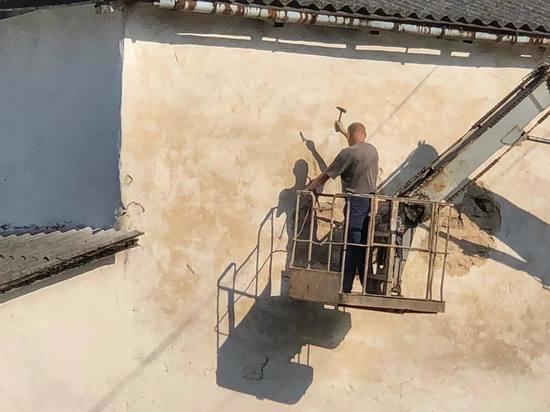 Колокольню храма Козьмы и Дамиана в Пскове расковыряли ломом