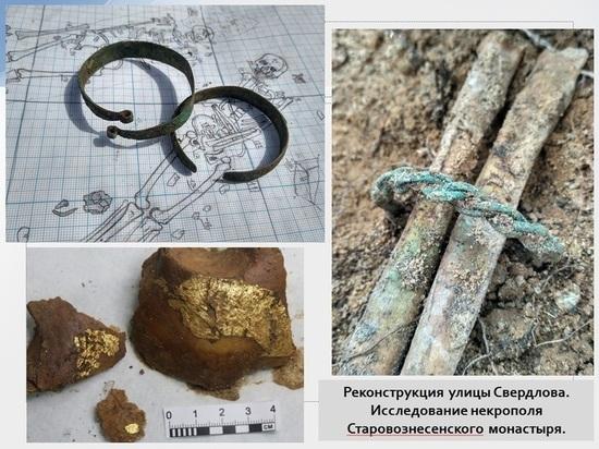 Псковские археологи показали журналистам, кому жмёт корона