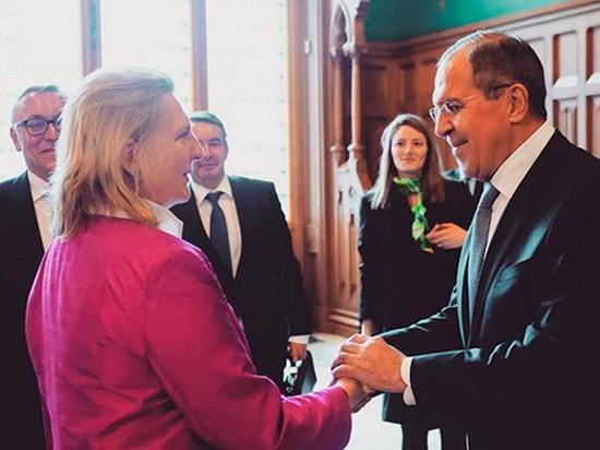 Песков пообещал рассказать, что Путин подарит на свадьбу Кнайсль