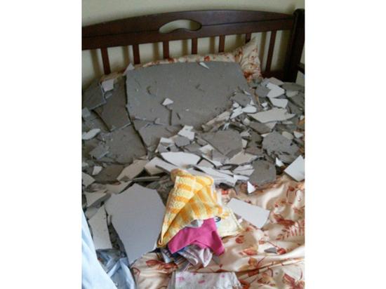 Мать двоих детей госпитализировали после обрушения потолка в московской квартире