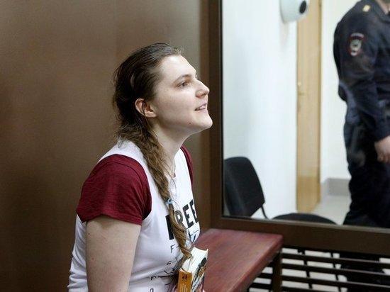 Дело «Нового Величия»: обвиняемая Павликова на суде вцепилась в игрушку