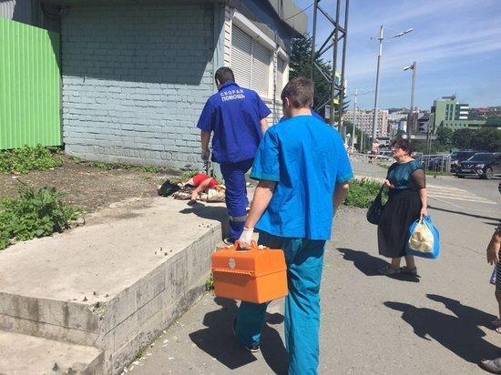 Женщину госпитализировали с автобусной остановки во Владивостоке