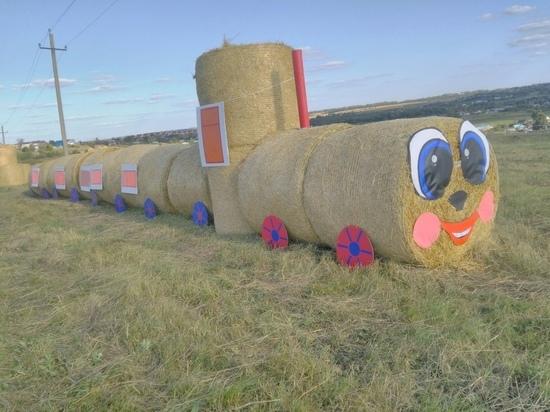 На фестивале «Дедославль» сделали поезд из тюков сена