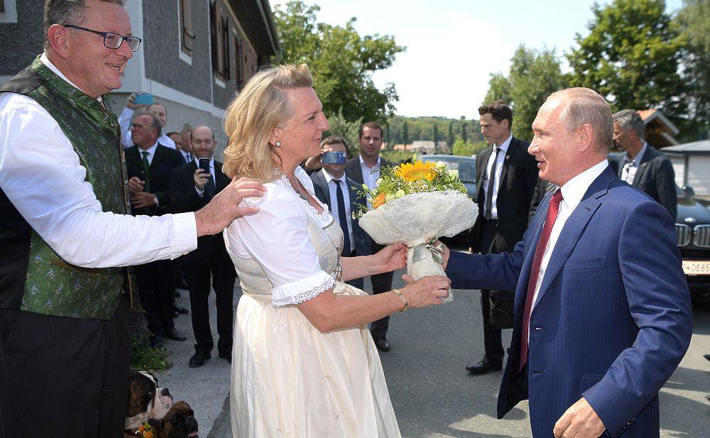 Зажигательный танец Путина на свадьбе министра иностранных дел Австрии: фоторепортаж