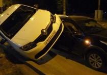 Из-за ямы в асфальте в Кирове Renault буквально запрыгнул на Kia
