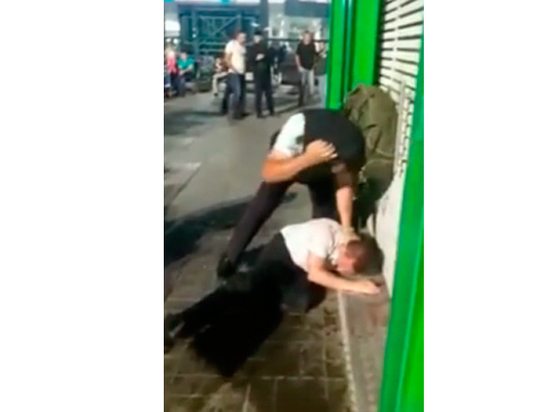 Полицейские жестко избили пассажира в Домодедово на глазах у сына