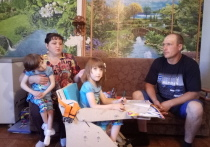 Маму разделенных сиамских близнецов Елену Ячменеву обвиняют в том, что она недостаточно занимается дочками