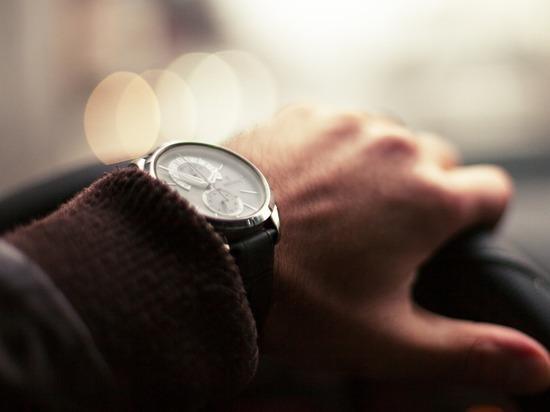 Дорогие машины и часы делают человека одиноким, показало исследование