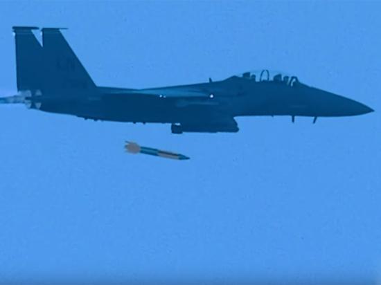 Момент сброса «ядерной» бомбы систребителя F-15 показали навидео