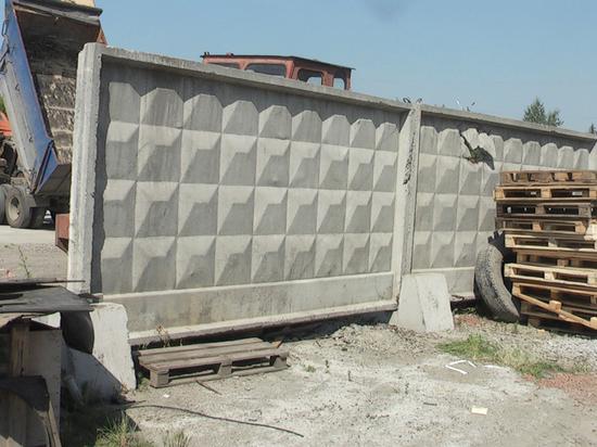 В Екатеринбурге сломали забор, чтобы ликвидировать нелегальную парковку