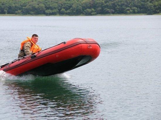 Спасатели перевозят людей на лодках в Приморье