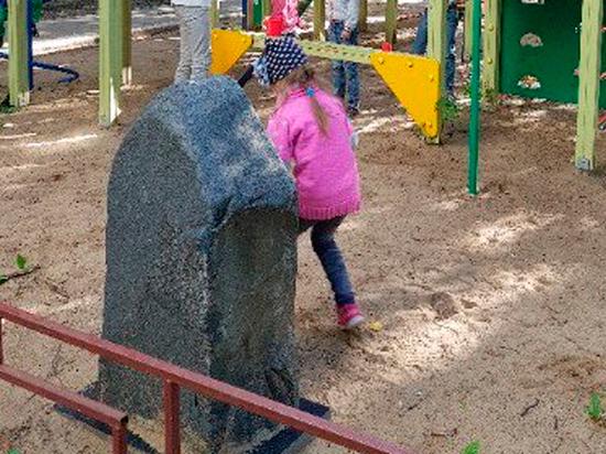 Хинштейн пообещал разобраться с памятником лидеру ОПГ на детской площадке