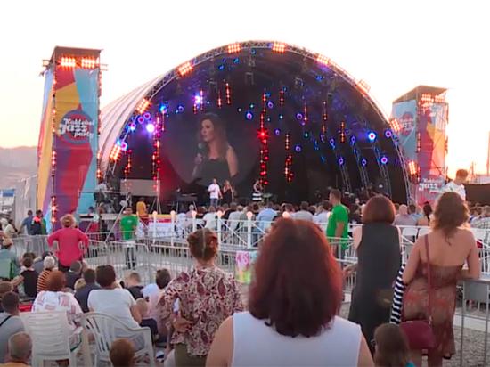 Медовый джаз: сыгравшая свадьбу Поклонская появилась в Коктебеле после Путина