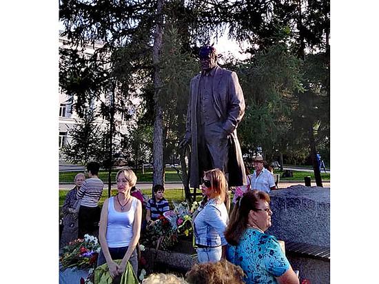 В Омске открыли двухметровый памятник Михаилу Ульянову