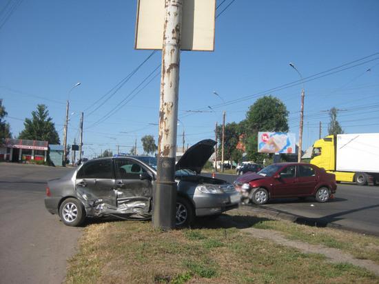 """В Тамбове """"Тойота Королла"""" врезалась в столб: три человека пострадали"""
