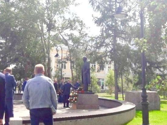 Президент Путин возложил красные розы к памятнику актера Ульянова