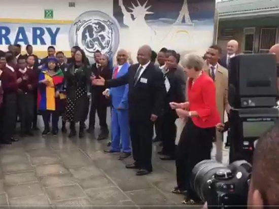 «Робот сломался?» Тереза Мэй опять удивила причудливыми танцами вАфрике