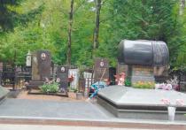 На Востряковском кладбище перед похоронами Кобзона спилили ветки, покрасили ограды