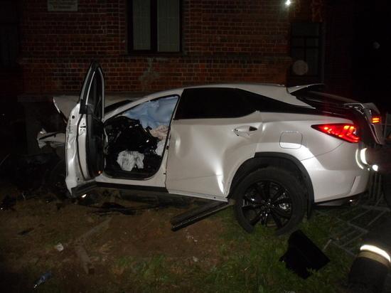 Самоубийца или пьяница: в Кинешме «Лексус» врезался в стену здания