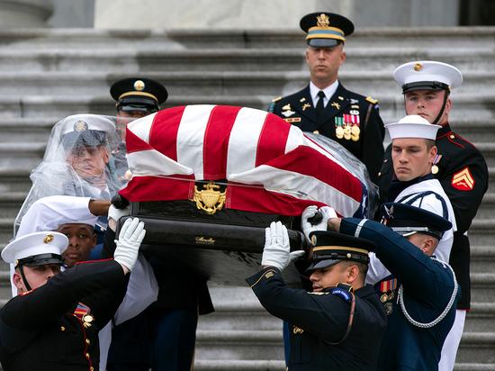 США и Порошенко прощаются с сенатором Маккейном: