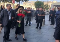 Алла Пугачева, вернувшаяся из Юрмалы в Москву, в воскресенье пришла на церемонию прощания с народным артистом Иосифом Кобзоном