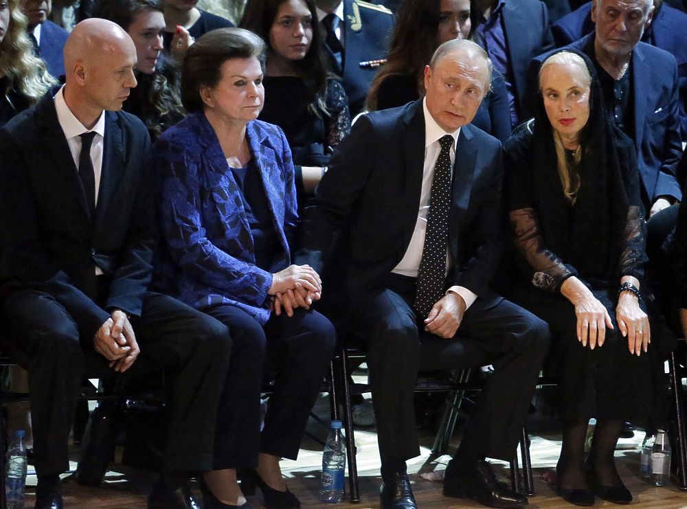 От Путина до Наташи Королевой: фото прощания с Кобзоном