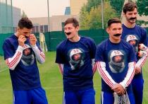 Футболисты сборной России вышли на тренировку в накладных усах