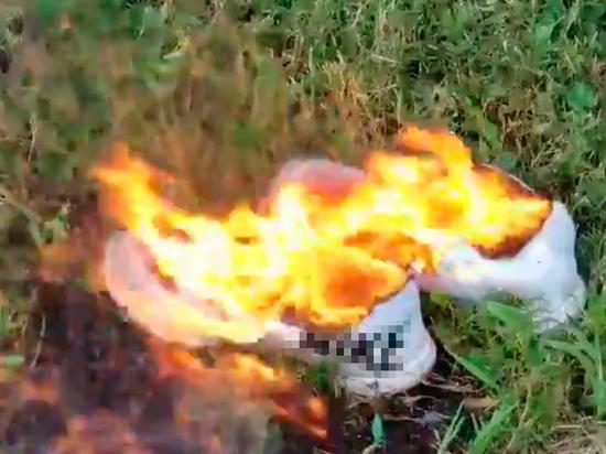 Американцы сжигают спортивную одежду, которую рекламирует