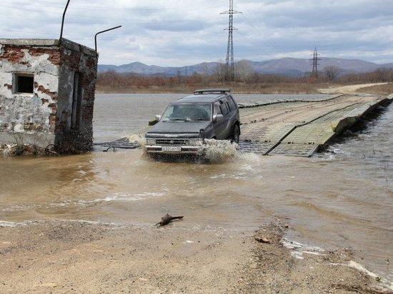 Люди пытаются спасти село от наводнения в Приморье