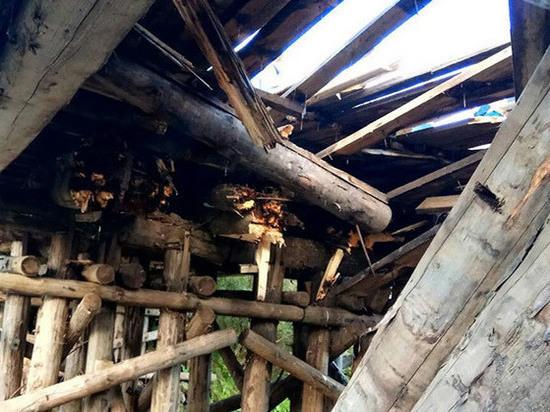 Перегруженный КамАЗ проломил деревянный мост в Котласском районе