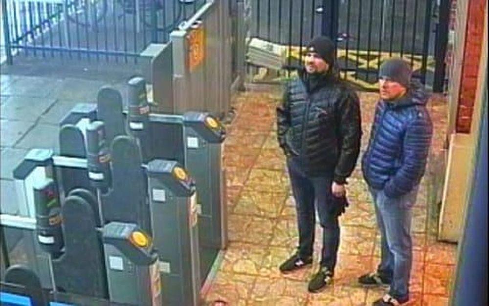 Фото подозреваемых в отравлении Скрипалей: меняли одежду, несли рюкзак