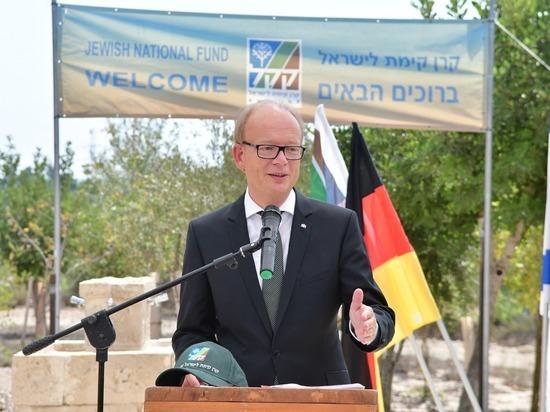 Президент федеральной земли Северный Рейн-Вестфалия посадил дерево в землю Израиля