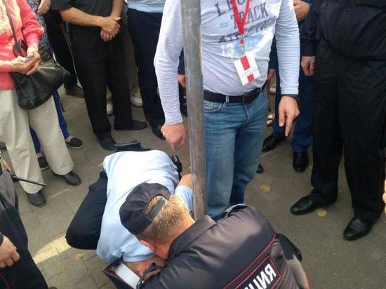 Активист штаба Навального в Пскове приковал себя наручниками к столбу