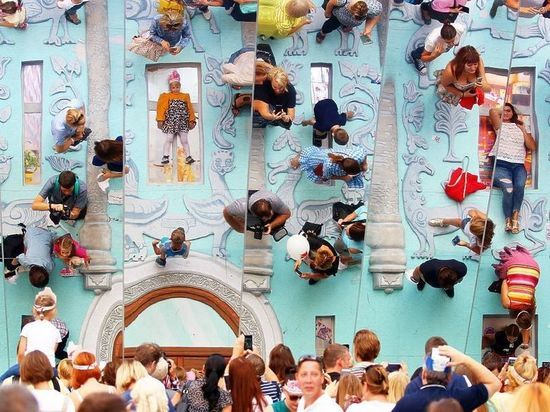 Огромное зеркало на Тверской стало хитом для любителей селфи