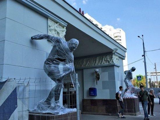 К метро «Сокольники» вернули статуи физкультурников