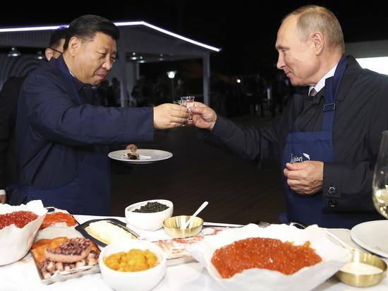 Путин выпил водки, закусил блинами и засмущал рабочих