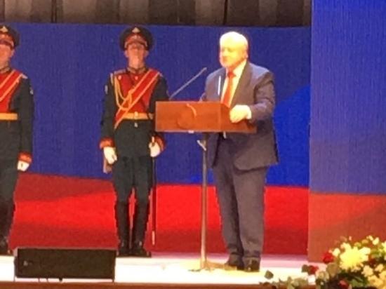 Миронов подарил на избрание Буркову кирпич и рубанок