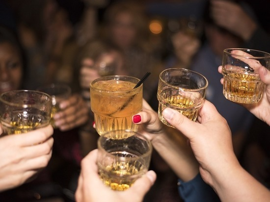 Более половины россиян поддержали запрет продажи алкоголя до 21 года
