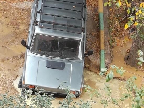 В Туле на парковке машина провалилась под землю