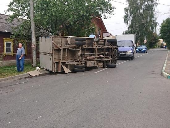 Грузовик опрокинулся после столкновения с «семеркой» в Туле