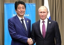 Японские СМИ рассказали о приватном разговоре президента России Владимира Путина и премьер-министра Японии Синдзо Абэ, в ходе которого лидеры обменялись мнениями по дальнейшим переговорам