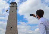Экстремалы прыгнули с парашютом с Башни Согласия в Магасе