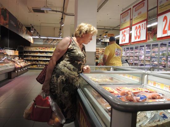 Россияне продолжают снижать траты при походе в магазин